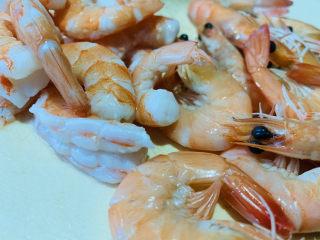 鲜虾干贝粥,焯水好的鲜虾,一半剥壳去虾线,留一半;