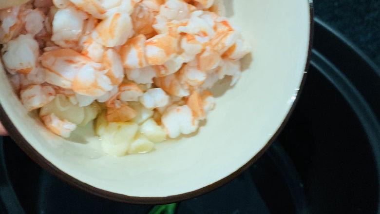 鲜虾干贝粥,加入干贝和虾粒;