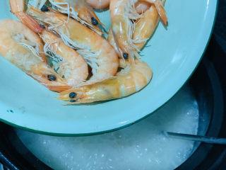 鲜虾干贝粥,粥浓稠的时候加入另一半没没剥壳的虾;