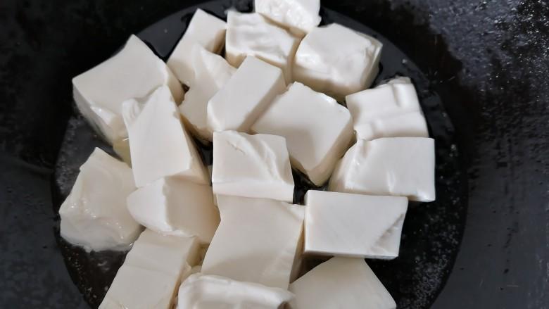 海带豆腐汤,放入豆腐