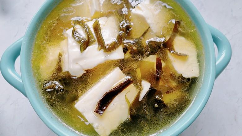 海带豆腐汤,装入容器