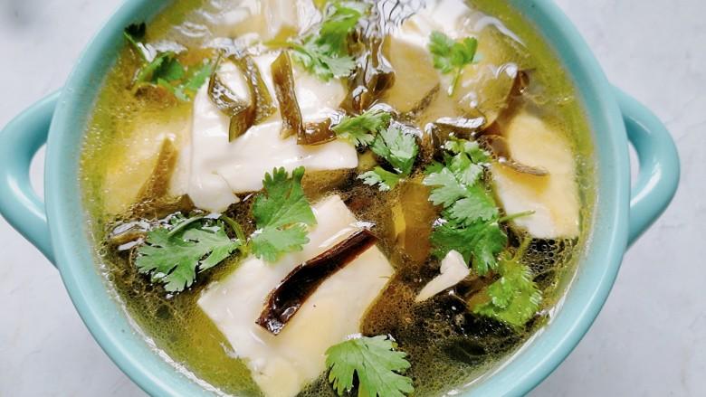 海带豆腐汤,放上香菜点缀