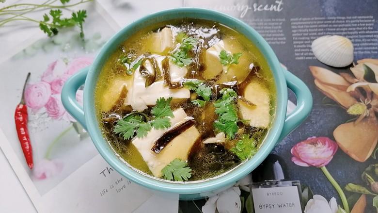 海带豆腐汤,拍上成品图,一道美味又营养的海带豆腐汤就完成了。