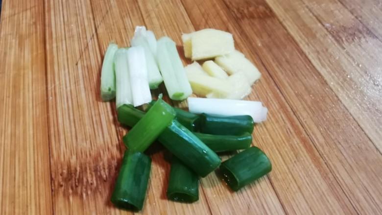 海带豆腐汤,葱姜切小段