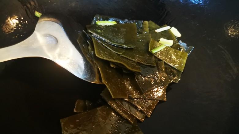 海带豆腐汤,加入海带片翻炒,葱姜味可以适当压一压海带的腥味