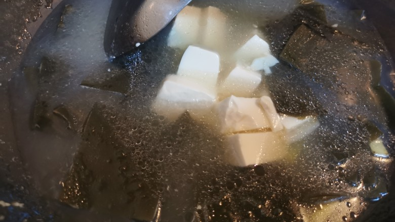 海带豆腐汤,加入豆腐盖上锅盖再煮5分钟左右