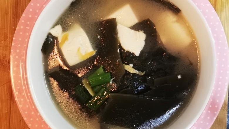 海带豆腐汤,营养美味的海带豆腐汤就做好啦!