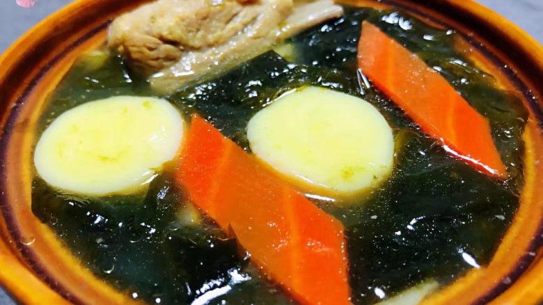 海带豆腐汤,美味可口的海带豆腐排骨汤装入容器中就大功告成了