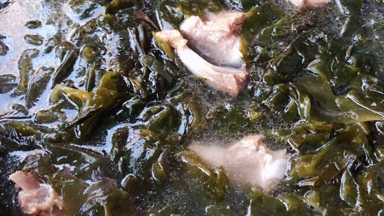 海带豆腐汤,泡好的海带放入排骨汤中大火煮起来
