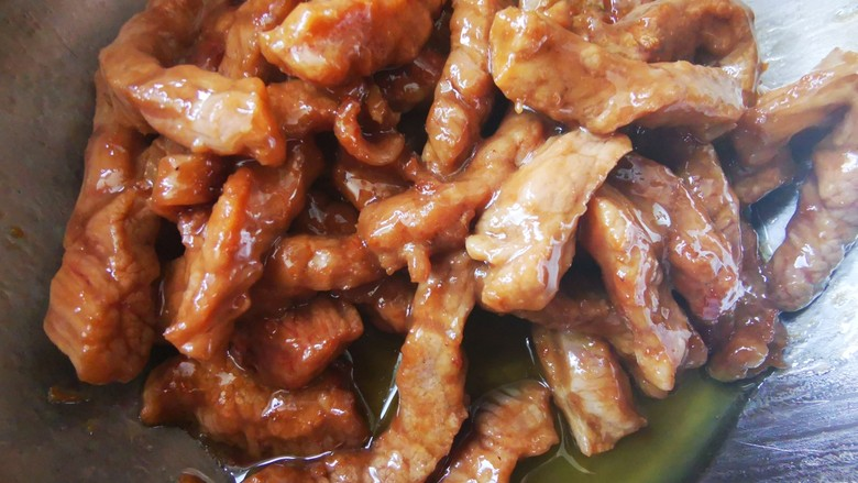 杏鲍菇炒牛肉,炒熟的牛肉盛出备用