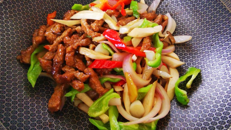 杏鲍菇炒牛肉,最后将牛肉加入,迅速翻炒均匀,