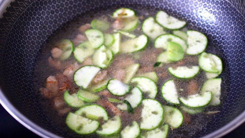 黄瓜肉丁打卤面,锅中倒入适量的清水。