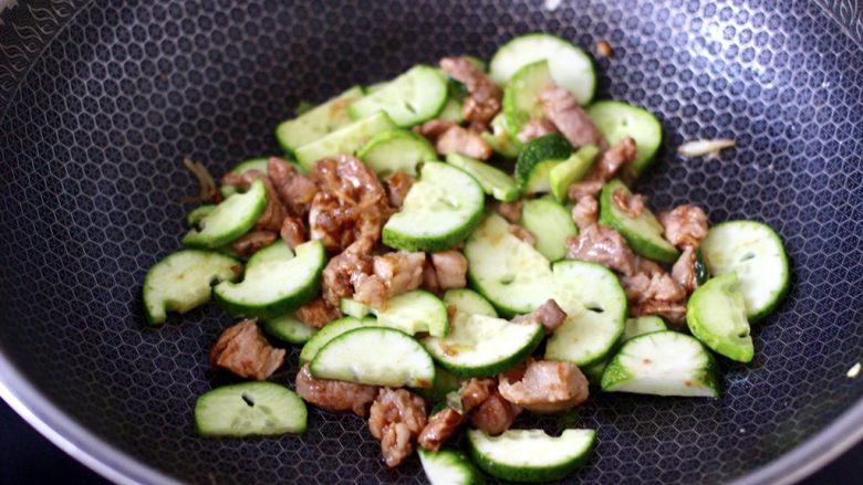 黄瓜肉丁打卤面,加入黄瓜片继续翻炒均匀。