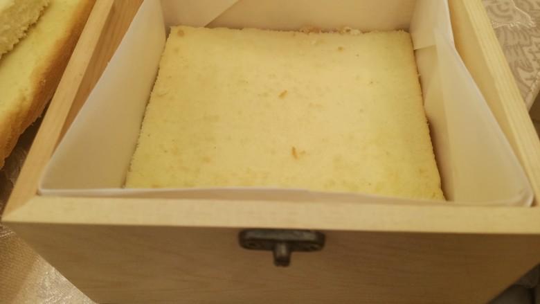 网红木质盒子蛋糕🎂,挤上奶油再上面铺一片蛋糕片