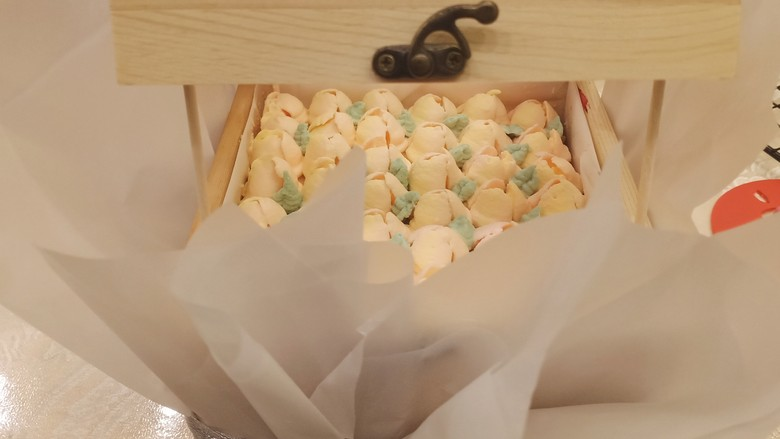 网红木质盒子蛋糕🎂,最后用两个做棒棒糖蛋糕的木棒撑着盒子上盖,周围用雪梨纸或者透明包装纸包一下,最后用丝带捆绑好