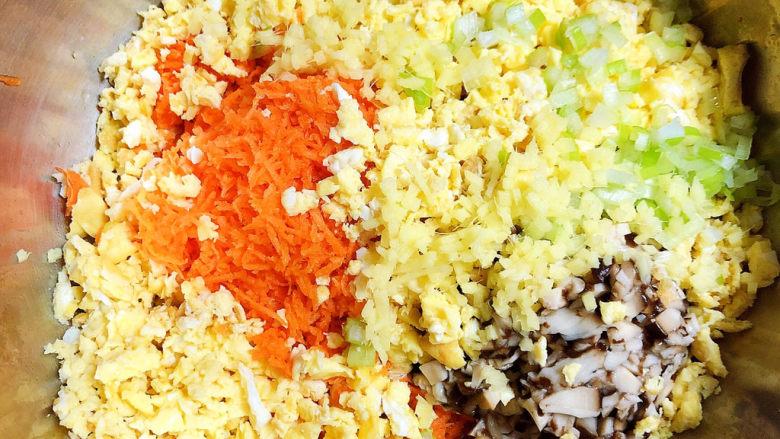 蔬菜肉饼,将香菇、鸡蛋切碎放入盆中,再放入葱姜末。