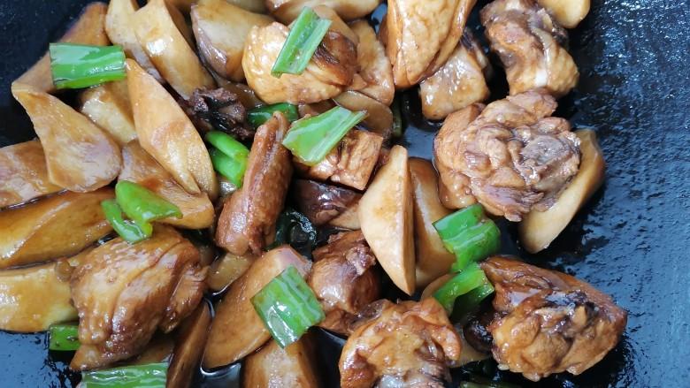 杏鲍菇烧鸡块,最后放入青椒炒至断生