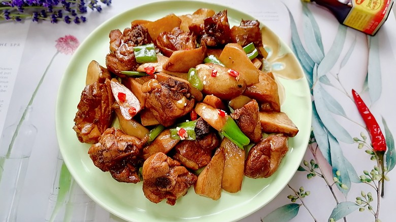 杏鲍菇烧鸡块,装盘拍上成品图,一道美味又营养的杏鲍菇烧鸡块就完成了。