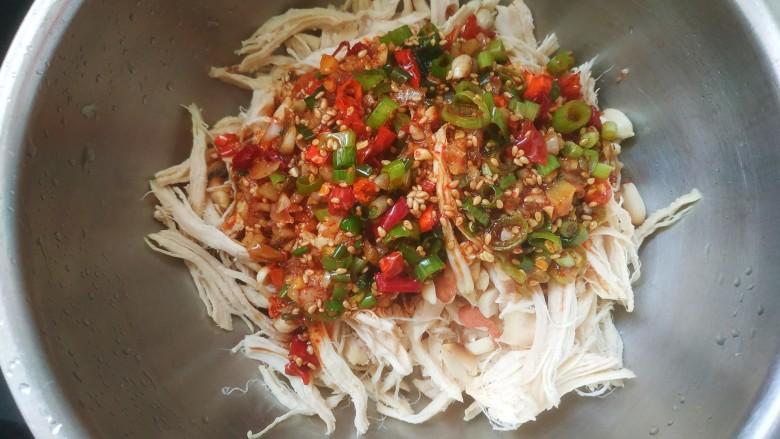 手撕鸡胸肉,把调料汁倒入鸡丝中,搅拌均匀即可