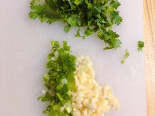 手撕鸡胸肉,将葱蒜、香菜切碎待用。