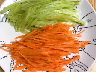手撕鸡胸肉,将胡萝卜、黄瓜切丝待用。