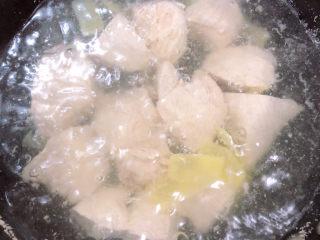 手撕鸡胸肉,锅中烧开水,将鸡胸肉和生姜放入锅中,中小火煮15-20分钟。