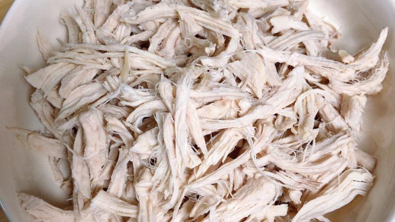 手撕鸡胸肉,将鸡胸肉手撕成小条。