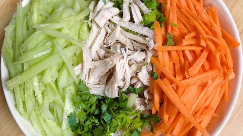 手撕鸡胸肉,将鸡肉丝、黄瓜、胡萝卜丝、香菜末都放入大碗中。