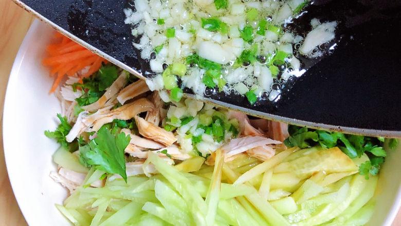 手撕鸡胸肉,将葱蒜油倒入鸡丝中。