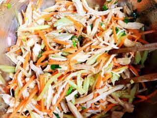 手撕鸡胸肉,将鸡胸肉丝拌均匀,即可盛盘上桌了。