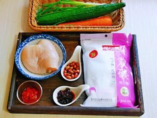 手撕鸡胸肉,准备食材,配菜可以根据喜欢任意搭配。
