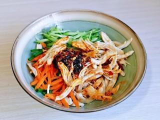 手撕鸡胸肉,把撕好的鸡胸肉放入大碗中,再加入调味料,拌均匀即可享用。