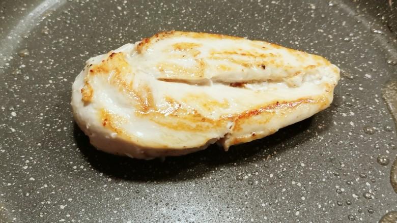 照烧鸡胸肉,慢慢煎至一面定型并有了焦黄色 翻另一面继续煎制,完全成熟后出锅装盘备用