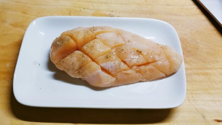 照烧鸡胸肉,反复按摩 加盖保鲜膜腌制20分钟