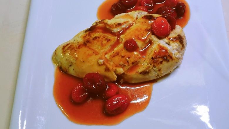 照烧鸡胸肉,将炒好的酱汁浇到煎好的鸡胸肉上,