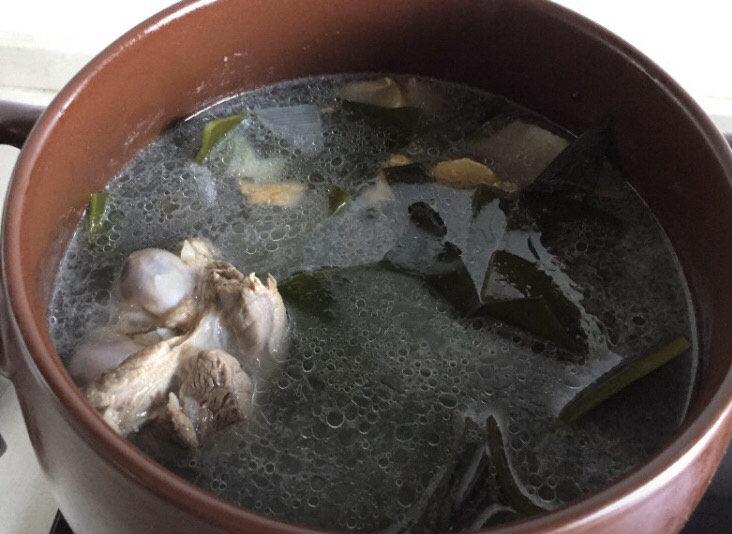 海带筒骨汤,加入刚刚准备好的海带煮开,继续转小火慢慢炖。