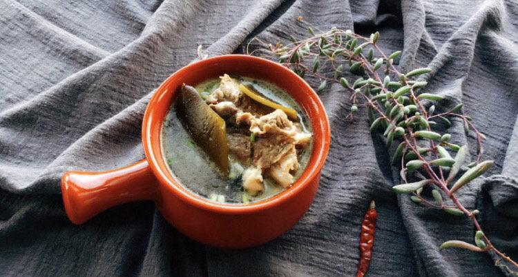 海带筒骨汤,关火不要马上揭盖,利用砂锅的余温继续焖煮一刻钟左右,加入盐撒葱花。我儿子都是拿碗直接吃的。