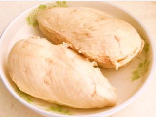 手撕鸡胸肉,把焯好的鸡胸肉捞出来,用温水清洗干净