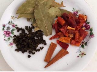 手撕鸡胸肉,准备干调料:香叶,干红辣椒段,桂皮和花椒粒