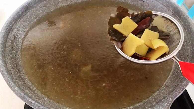海带筒骨汤,把筒骨捞出来,用漏勺滤出所有辅料