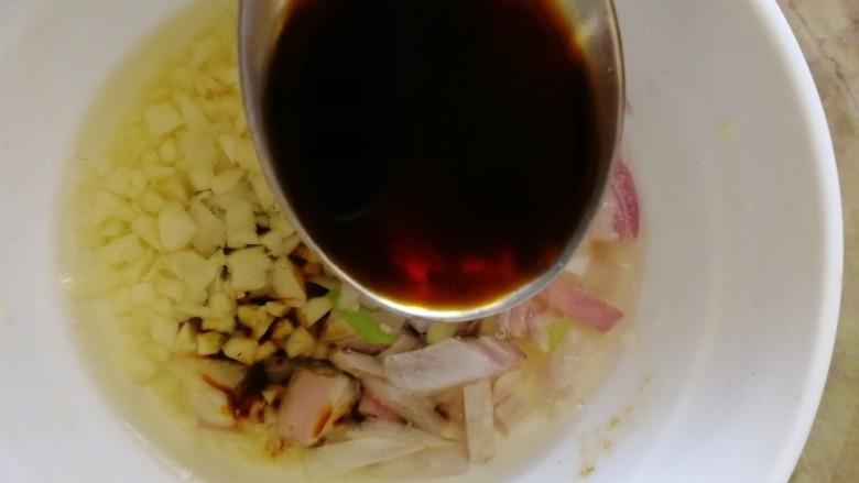 手撕鸡胸肉,碗里放2勺酱油。