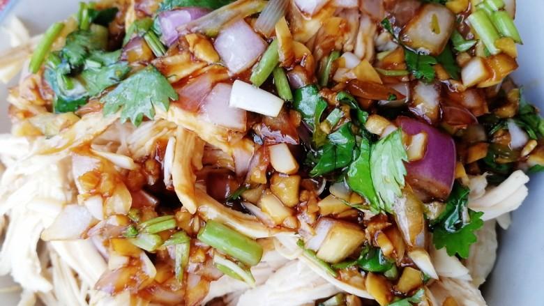 手撕鸡胸肉,把料汁浇在鸡胸肉丝上,上下拌匀。