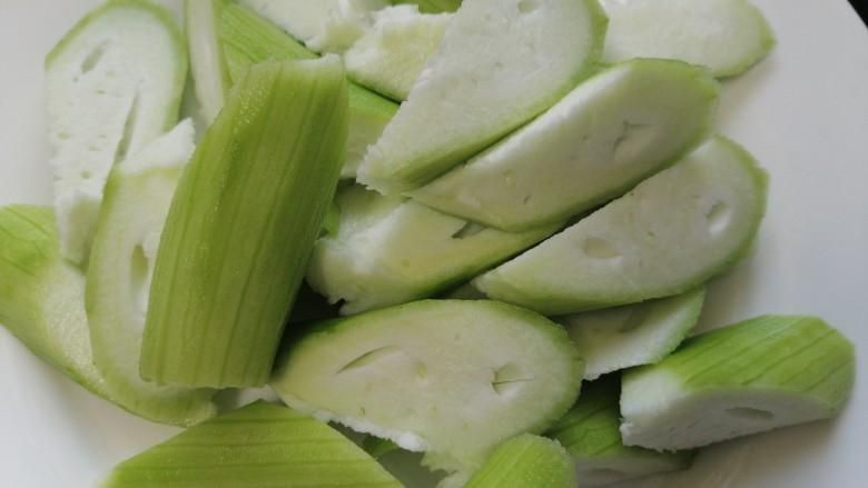 丝瓜炒毛豆,将丝瓜滚刀切切成小块