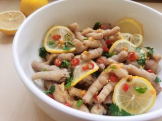 百香果柠檬鸡爪,将鸡爪和所有调料拌匀,盖上保鲜膜,放入冰箱冷藏腌制入味,冰爽酸辣更加好吃。