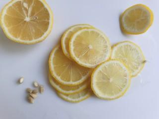 百香果柠檬鸡爪,柠檬清洗干净,切成薄片,去掉柠檬籽。