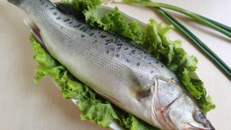 糖醋鲈鱼,准备新鲜<a style='color:red;display:inline-block;' href='/shicai/ 371'>鲈鱼</a>一条。大小适中就好,不用太大。要是太大可以跟我一样,一半糖醋,一半清蒸,鱼头鱼骨再炖个汤😂