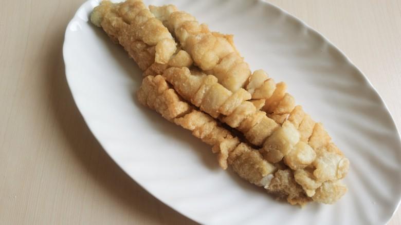 糖醋鲈鱼,捞出控油,放入盘中。
