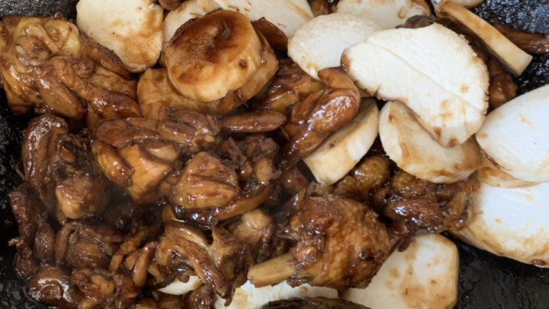 杏鲍菇烧鸡块,放盐