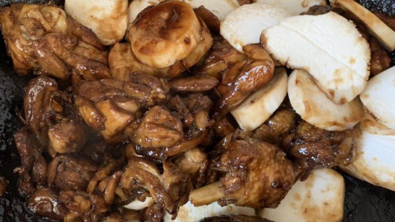 杏鲍菇烧鸡块,翻炒