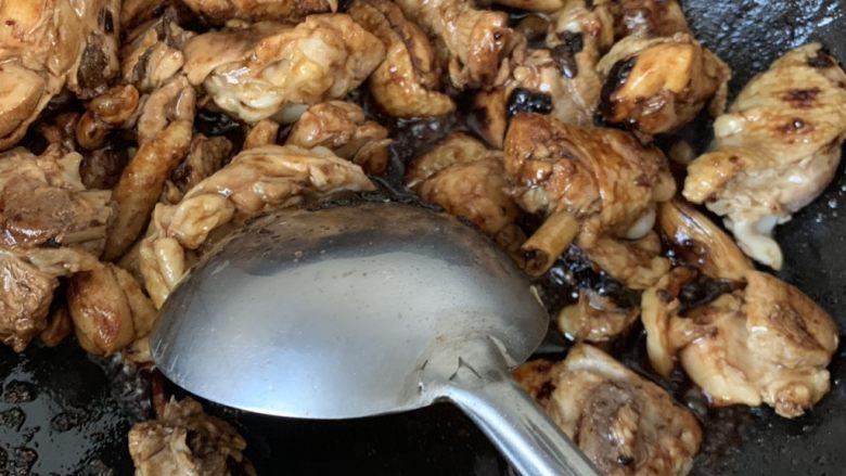 杏鲍菇烧鸡块,放油